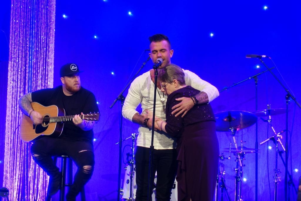 """Jay Allen invited his mother on stage to sing a song that would touch the hearts of so many. Allen, whose mother Sherry Rich was diagnosed with Alzheimer's disease, sang """"Blank Stares,"""" a song he wrote following her diagnosis."""